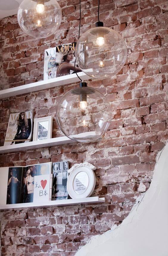 Papel de parede rustico com prateleira branca