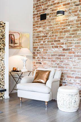 Papel de parede rustico para sala com poltrona branca