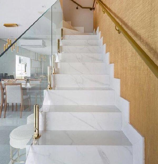 Para quem gosta do estilo clean opte pelo revestimento para escada interna em mármore