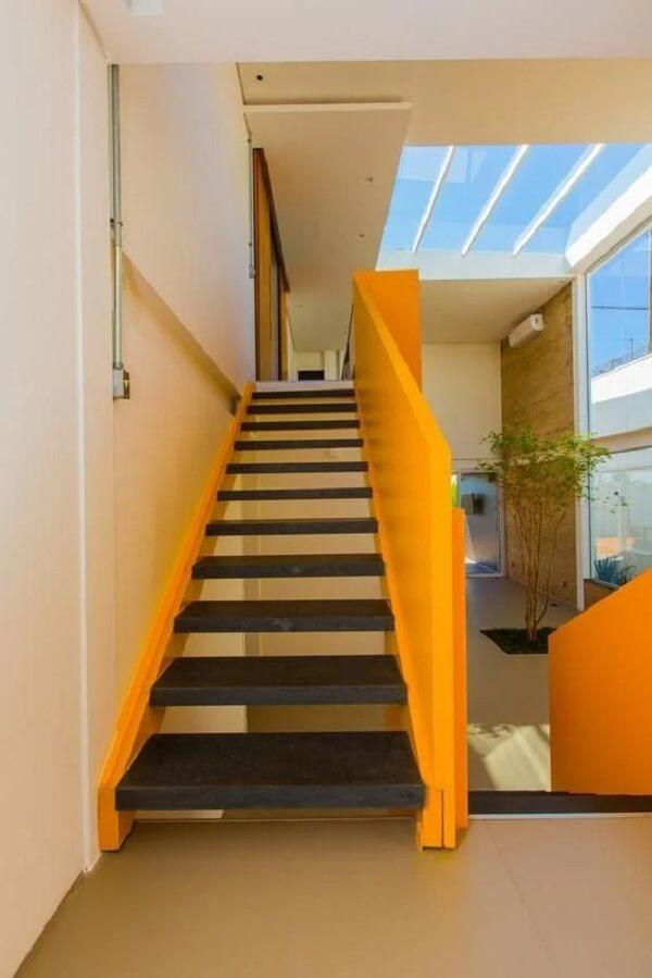 Para quem quer trazer personalidade ao projeto a dica é apostar no revestimento para escada de ferro com guarda corpo amarelo