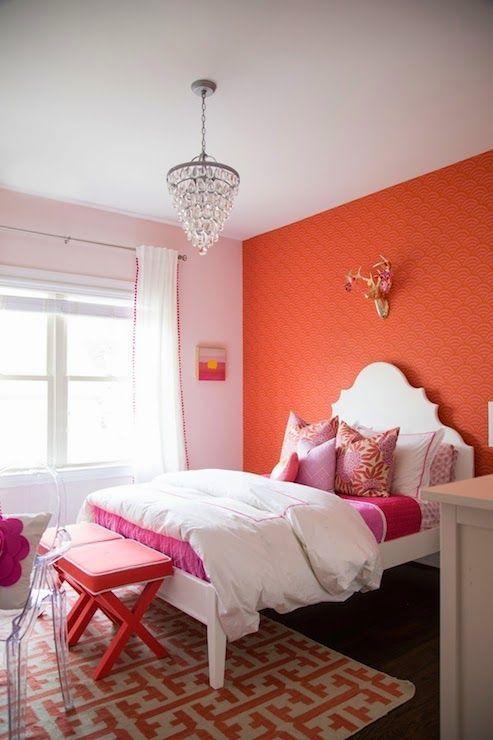 Parede cor coral no quarto em detalhes rosa