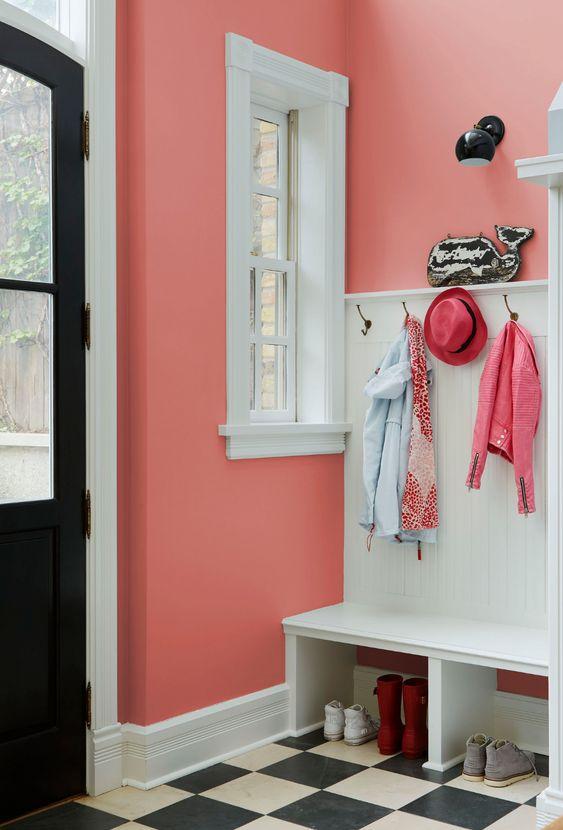 Parede rosa coral na entrada de casa