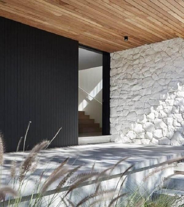Pedra para revestimento de parede: pedra madeira branca se conecta com o forro de madeira