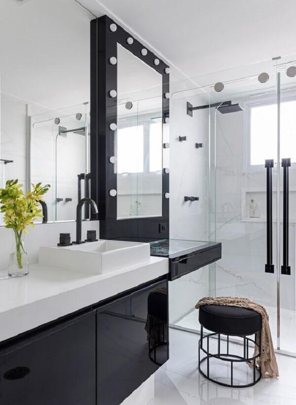 Penteadeira preta com LED foi estrutura na área do banheiro