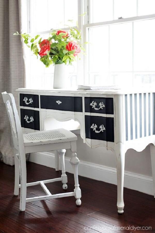 Penteadeira preta e branca com design clássico