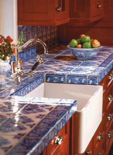 Pia revestida com lindos modelos de azulejo antigo