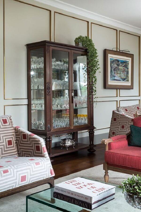 Plantas pendentes posicionadas sobre a cristaleira rústica trazem um toque especial para a decoração