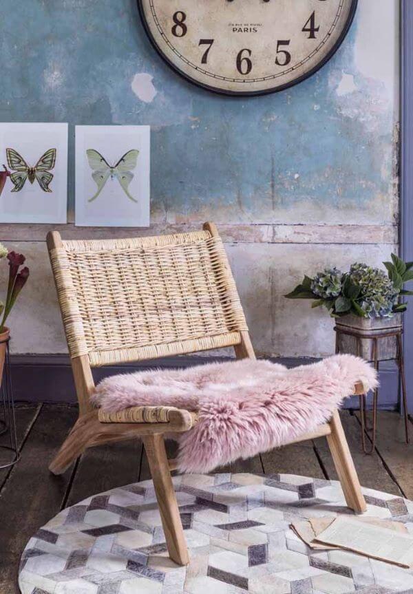 Poltrona de vime com almofada rosa de pelucia