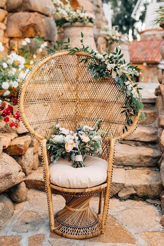 Poltrona de vime decorada com flores