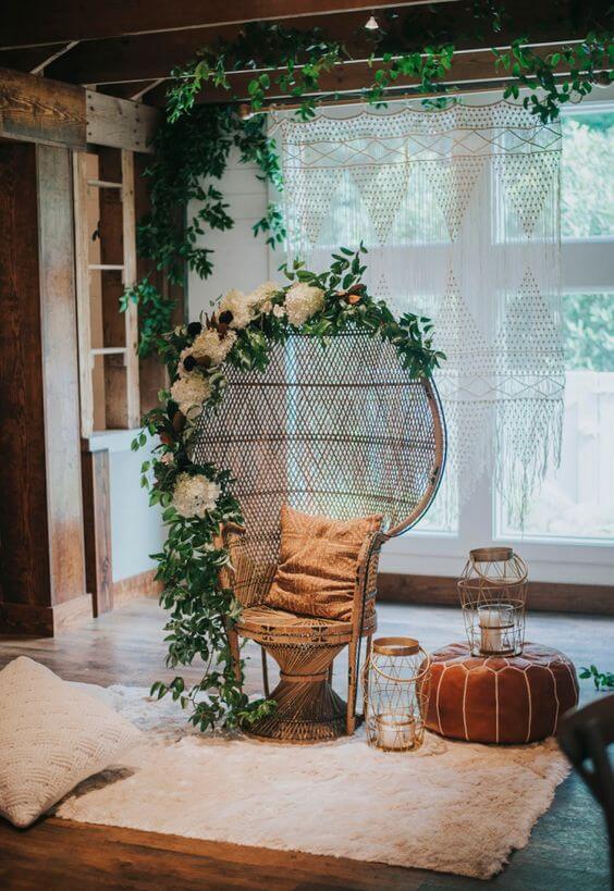 Poltrona de vime decorada com flores na sala de estar