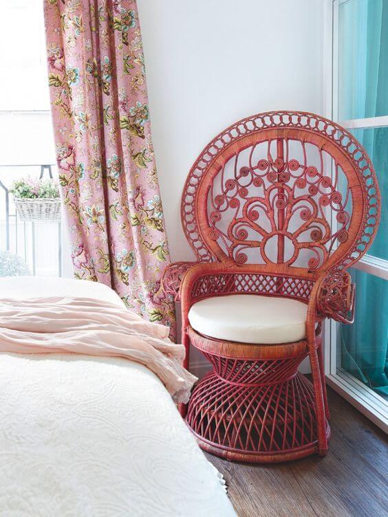 Poltrona de vime vermelha no quarto moderno