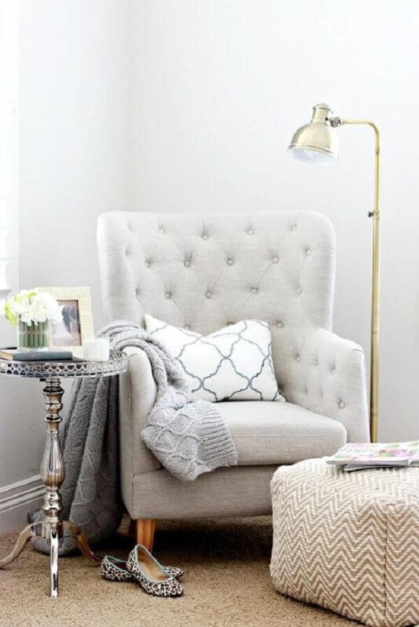 Poltrona pé palito capitonê com almofada confortável