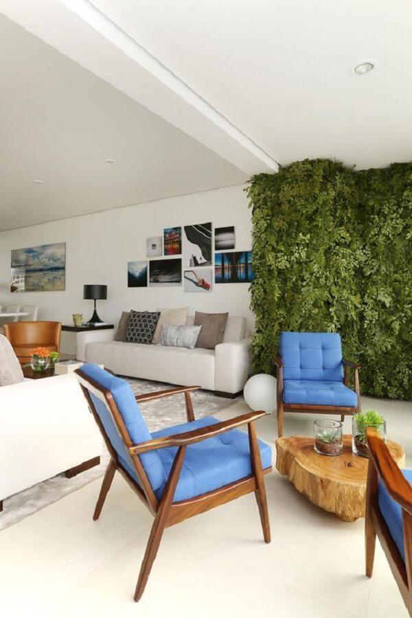 Poltrona pé palito com tecido azul decora a varanda do apartamento