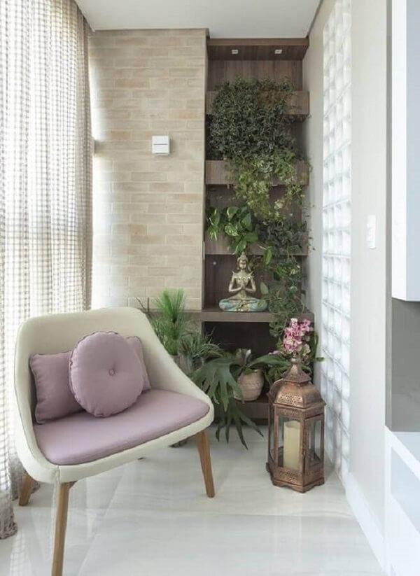 Poltrona pé palito para varanda planejada com jardim vertical