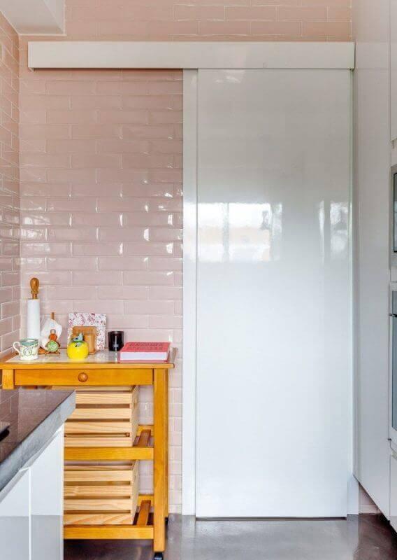 Porta branca de correr para banheiro