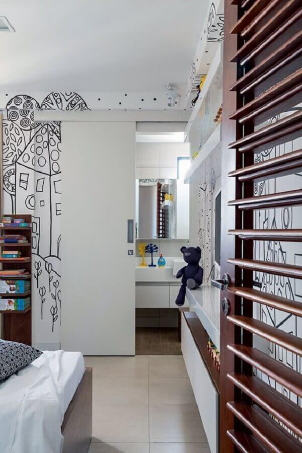 Porta branca de correr para banheiro no quarto