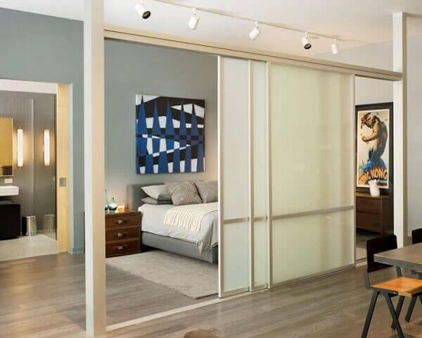 Porta branca de correr para garantir a privacidade do quarto