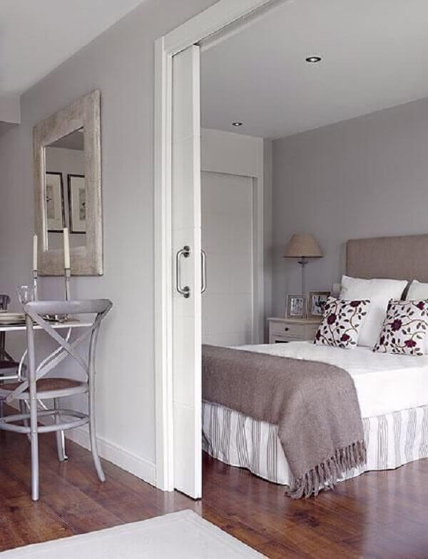 Porta branca de correr para quarto moderno