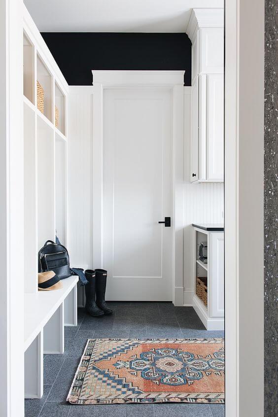 Porta branca na casa moderna