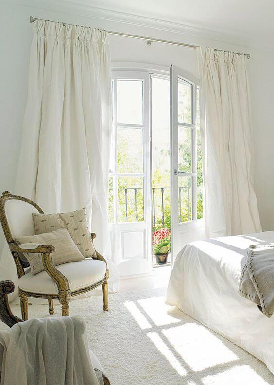 Porta branca para quarto com varanda pequena