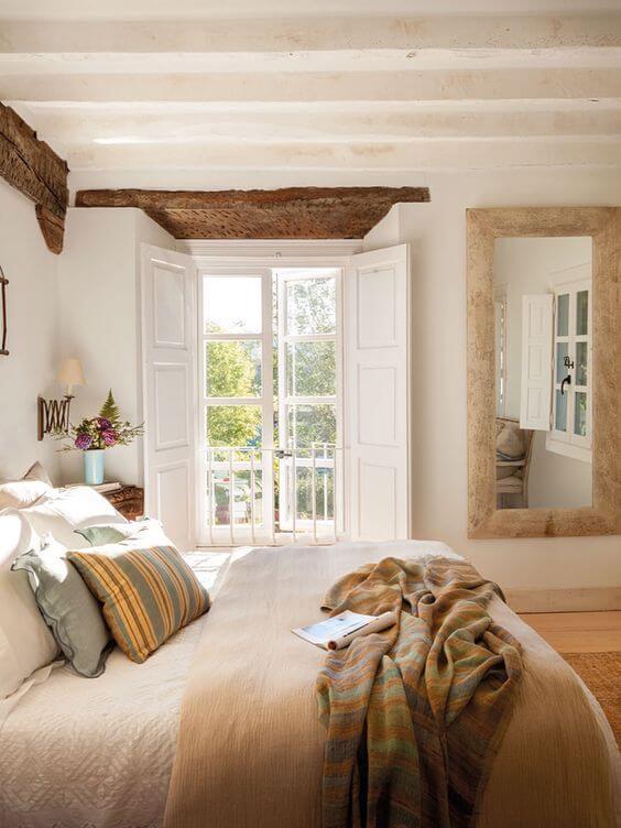Porta branca para quarto com varanda pequena e iluminada