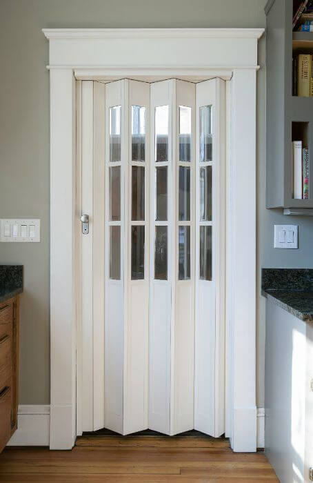 Porta branca sanfonada