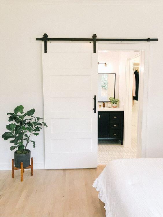 Porta de correr branca para banheiro moderno