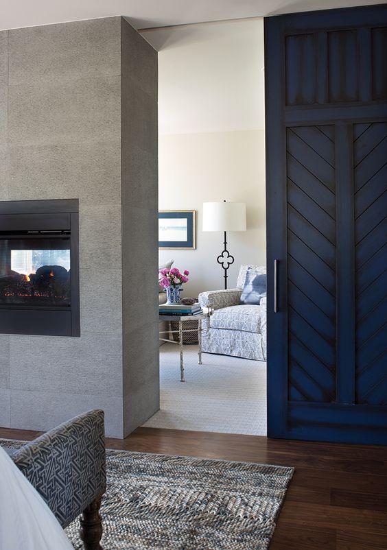 Porta de correr de madeira na cor azul para sala de estar aconchegante