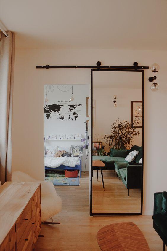 Porta de correr para sala com espelho