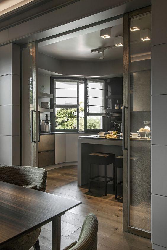 Porta de correr para sala e cozinha modernas em tons escuros