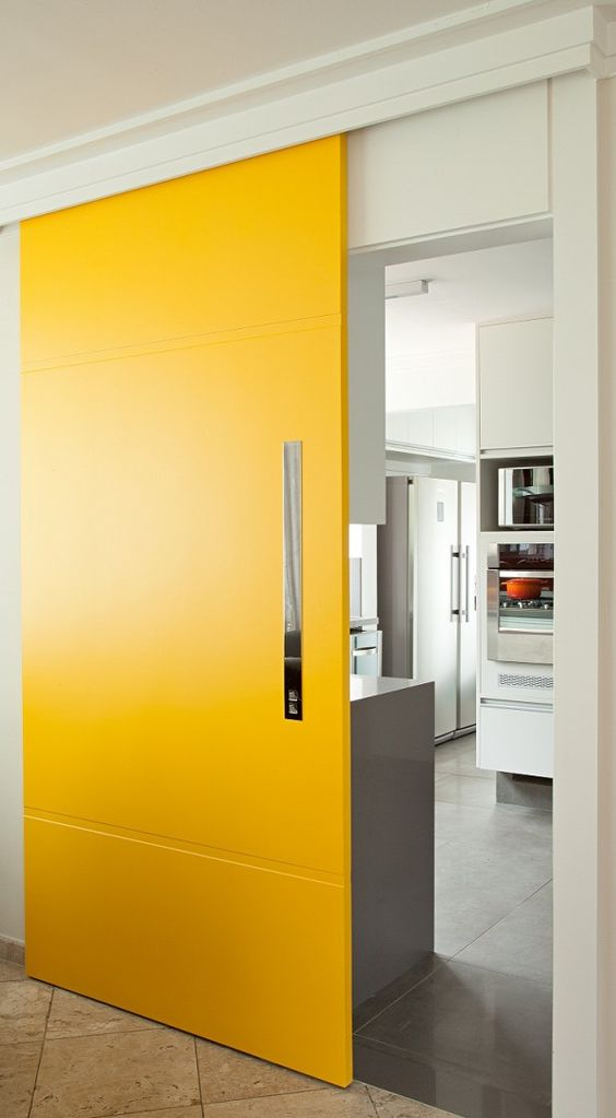 Porta de correr para sala na cor amarela
