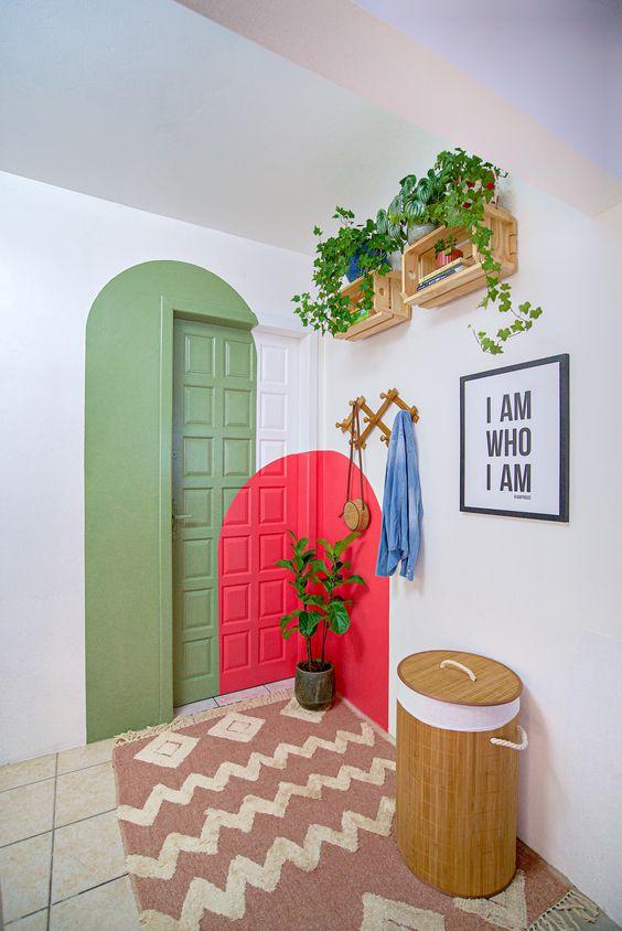 Porta decorada com desenho verde e cor coral