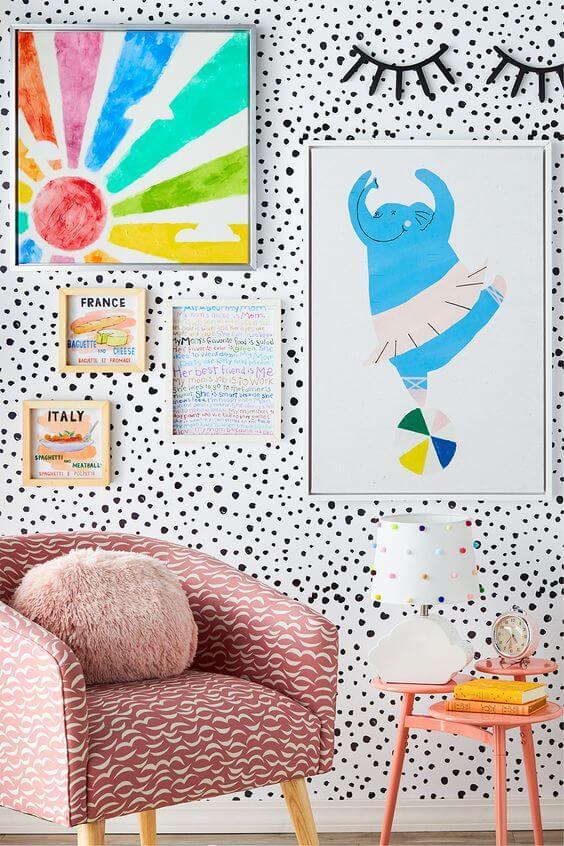 Quadro infantil colorido na decoração de quarto alegre