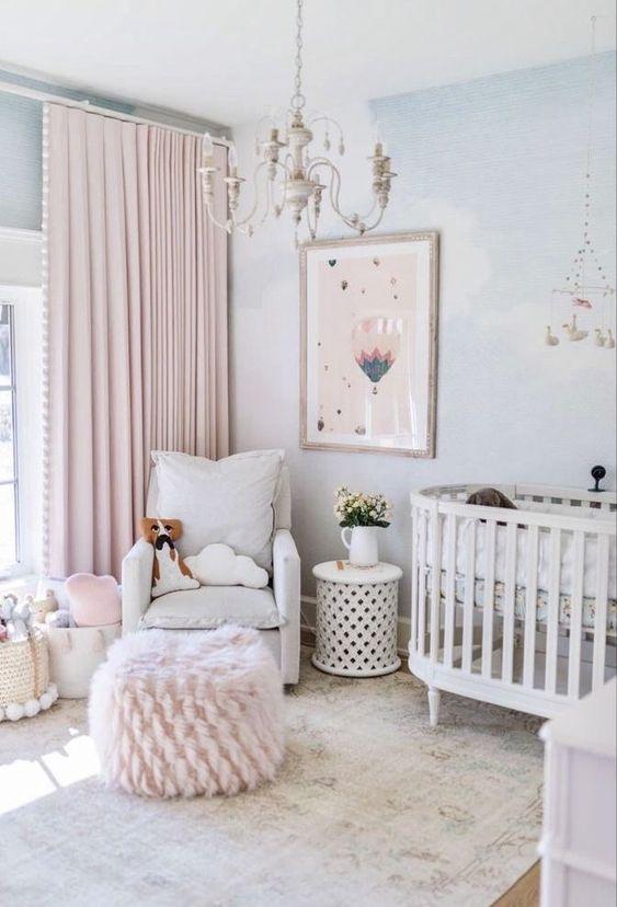Quadro infantil de balão no quarto de bebe em tons pasteis