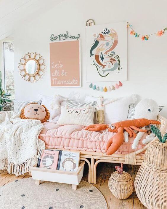 Quadro infantil de sereias no quarto de menina