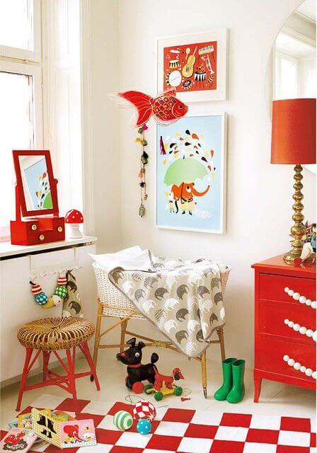 Quadro infantil na decoração vermelha