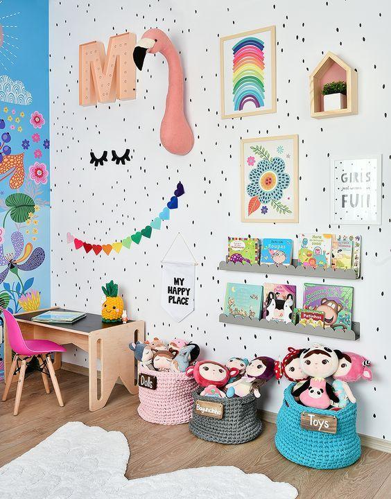 Quarto colorido com lindos quadros infantis no cantinho dos brinquedos