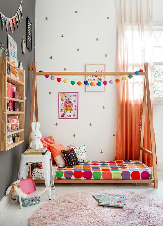 Quarto colorido com quadro infantil alegre e criativo