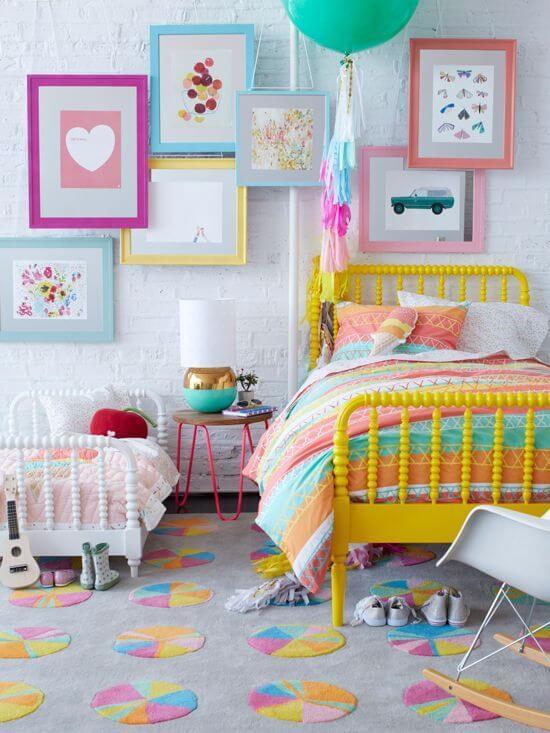 Quarto colorido com quadros criativos na parede