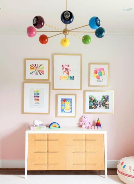 Quarto com conjunto de quadro infantil colorido no tema arco iris