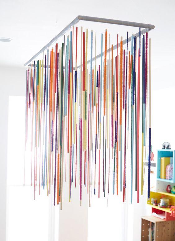 Quarto com lustre infantil pendente colorido