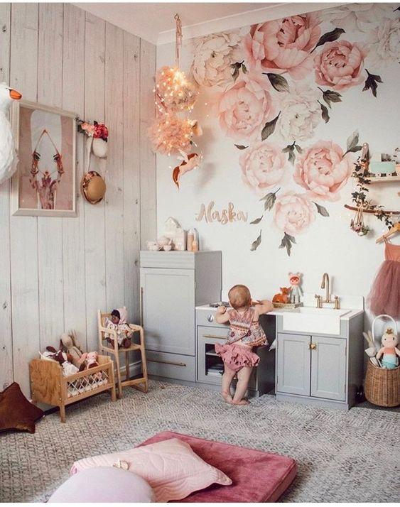 Quarto com papel de parede e flores rosa