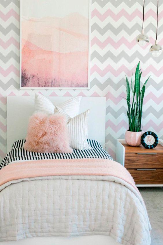 Quarto com papel de parede rosa e cinza