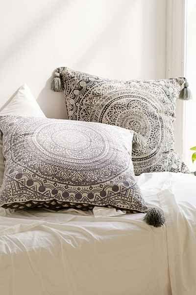 Quarto com tecidos para almofadas estampadas