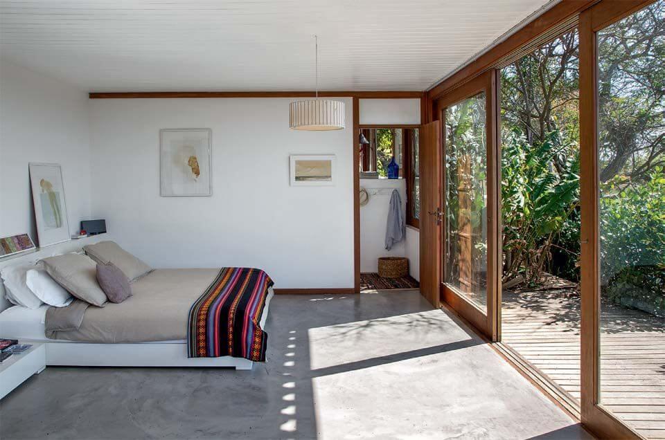 Quarto com varanda ampla para o jardim