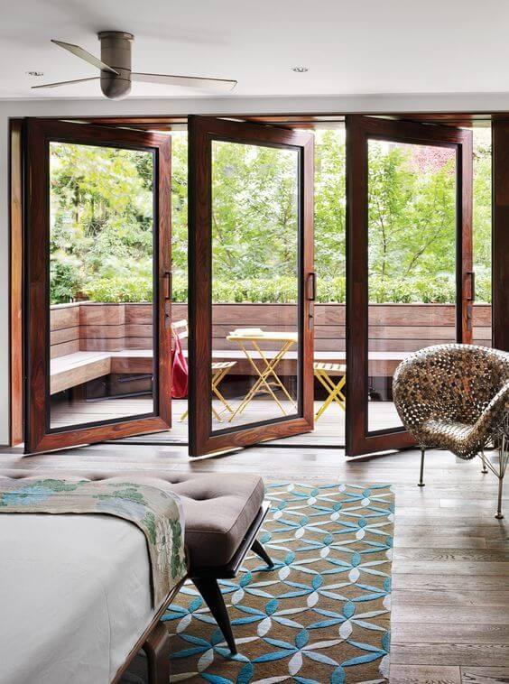 Quarto com varanda e portas de vidro