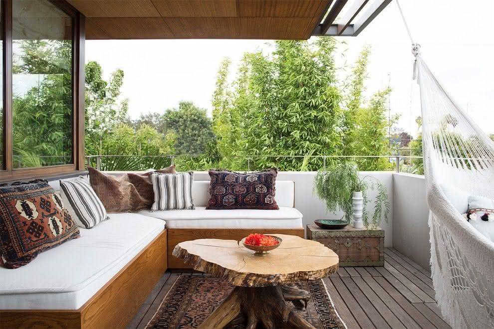 Quarto com varanda moderna sofá e redes
