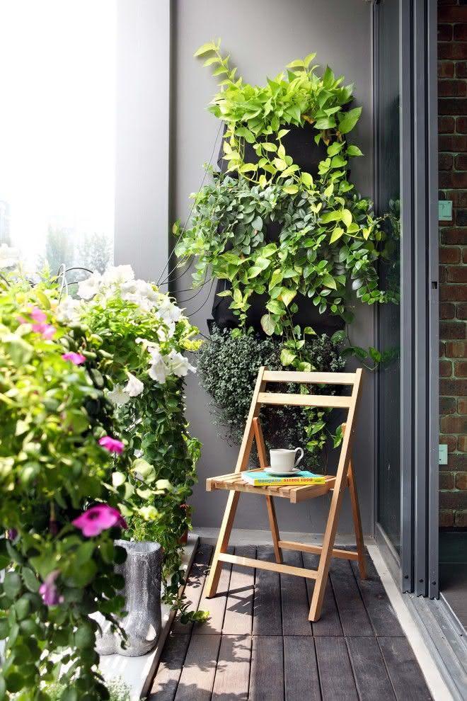 Varanda decorada com plantas e flores charmosas