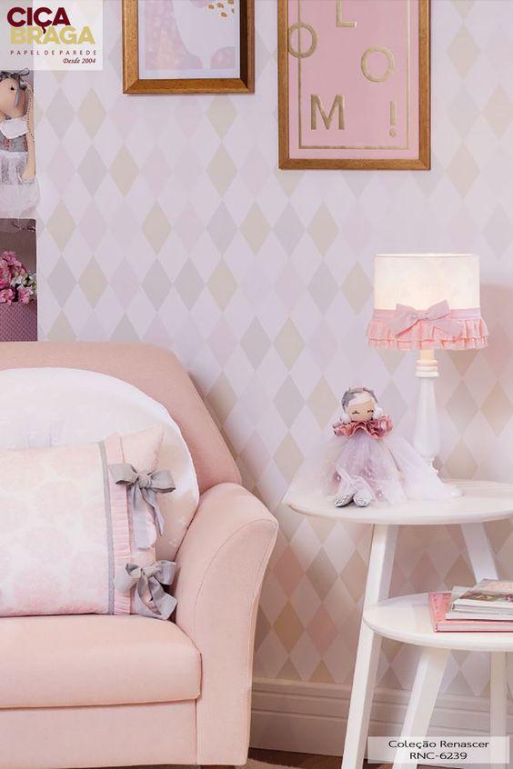 Quarto de bebê com papel de parede geométrico rosa