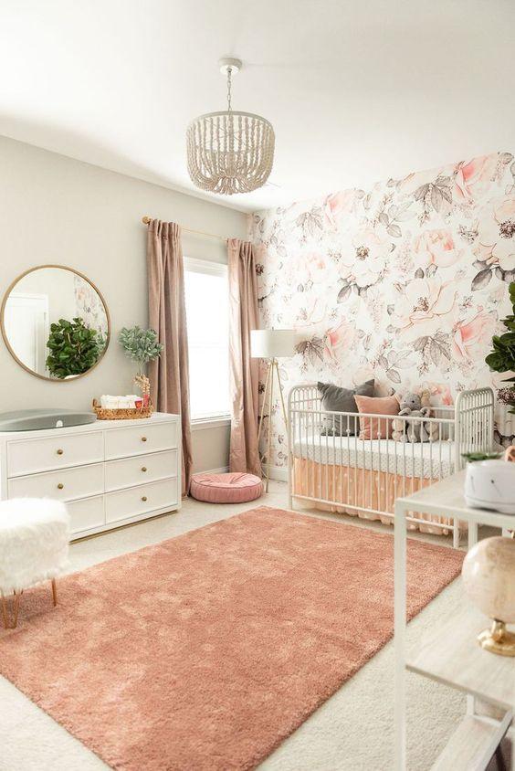 Quarto de bebê com papel de parede rosa claro floral
